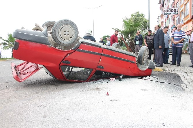 Kamyonet İle Otomobil Çarpıştı: 3 Yaralı