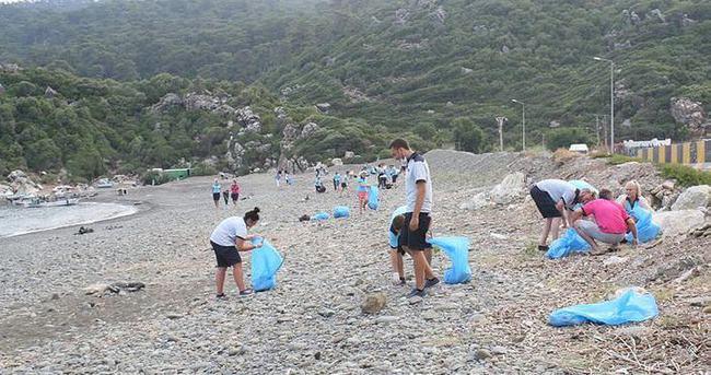 Marmaris'te rehberlerden plaj temizliği