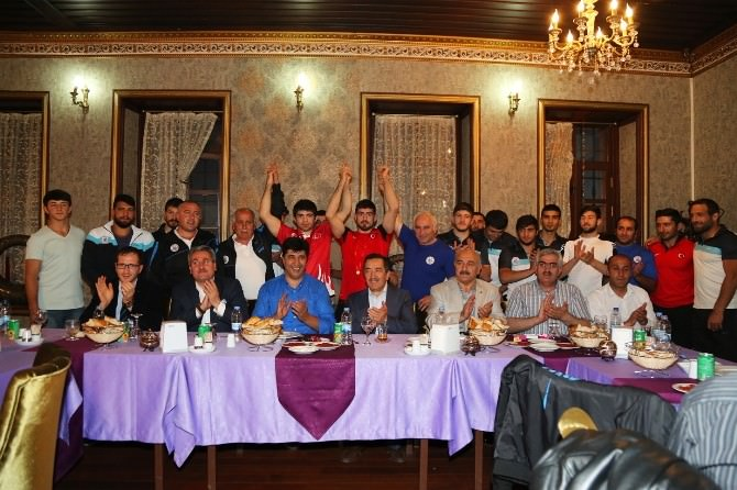 Büyükşehir'den Şampiyon Güreşçilere İftar Yemeği