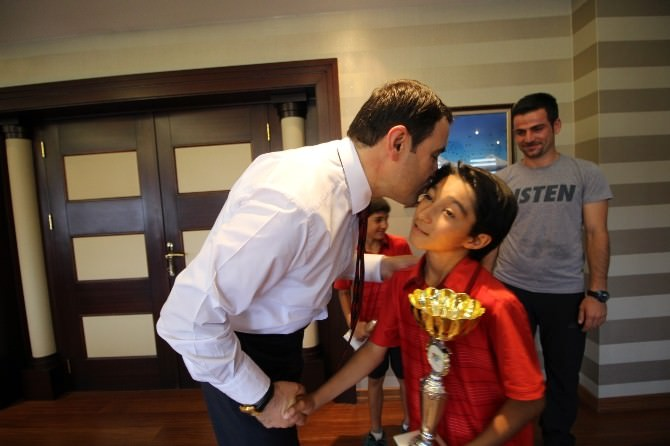 Şampiyon Tenisçilerden Vali Işın'a Ziyaret
