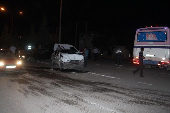 Dönüş Yapan Otobüse Otomobil Arkadan Çarptı: 4 Yaralı