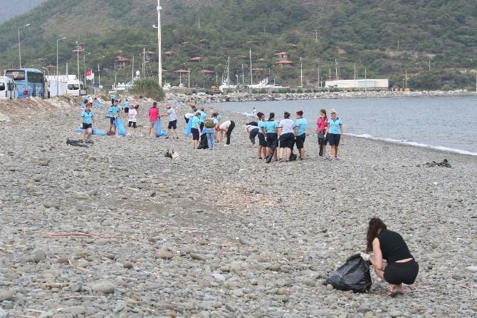 Marmaris'te Yabancı Rehberler Kıyı Temizliği Yaptı