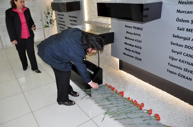 Madımak Olaylarında Hayatını Kaybeden 37 Kişi Anısına Karanfil Bırakıldı