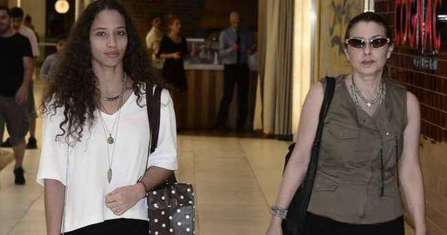 Nilüfer ve kızı tatil alışverişinde
