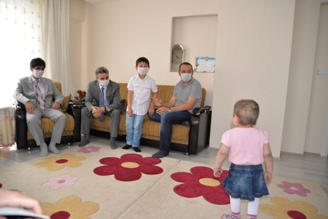 Bolu Valisi Kemik İliği Hastası Minik Zeynep'i Evinde Ziyaret Etti