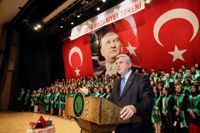 Başkan Karaosmanoğlu Tıp Fakültesi'nin Mezuniyetine Katıldı