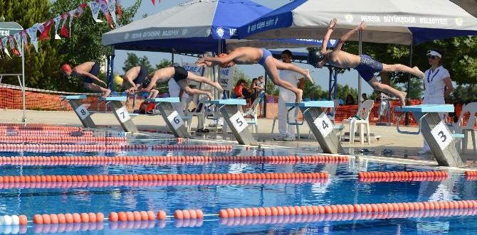 Yüzme Şenliklerinde Genç Sporcular Kulaç Attı