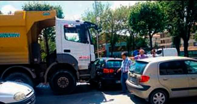 Damperli kamyon otomobili biçti