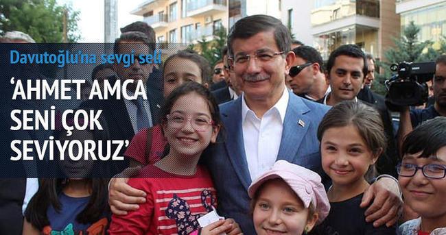 Başbakan Davutoğlu'na çocuklardan sevgi seli