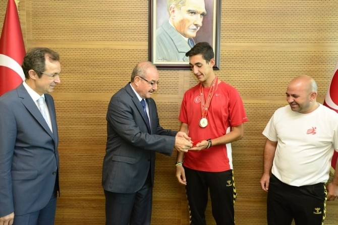Vali Kocatepe'den Genç Alperen'e Ödül