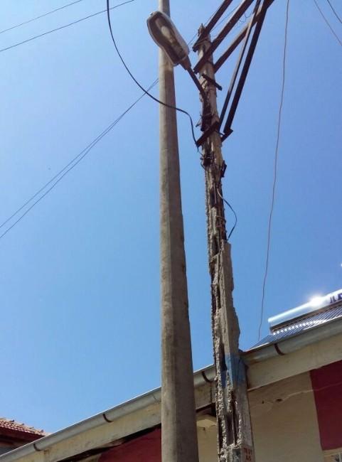 Elektrik Direği Tehlike Saçıyor