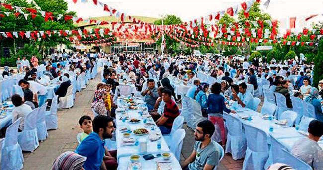 Bakan Erkoç yetimlerle iftar sofrasında buluştu