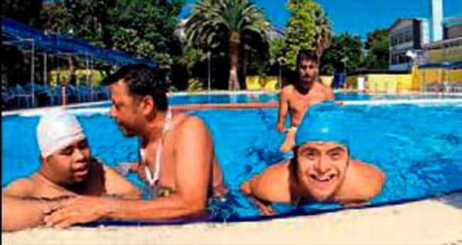 Yüzme öğrenmenin hazzını yaşadılar