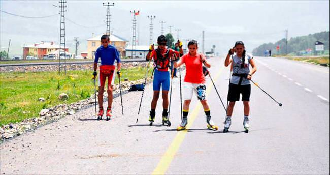 Sarıkamışlı gençlerin asfaltta kayak keyfi