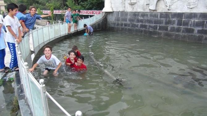 Çocuklar Serinlemek İçin Süs Havuzu Girdi