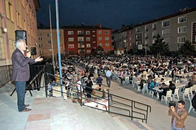 Belediyenin Meydan Mahallesi'ndeki İftar Yemeğine 3 Bin Kişi Katıldı