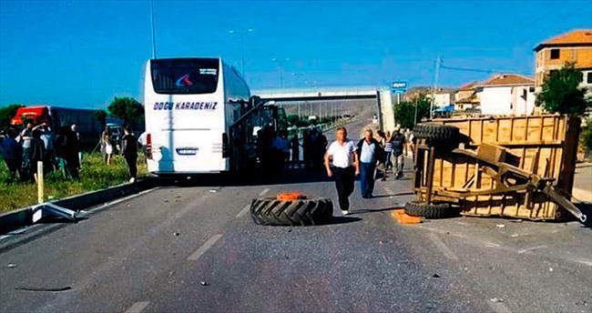Yolcu otobüsü traktöre çarptı: 1 ölü, 2 yaralı