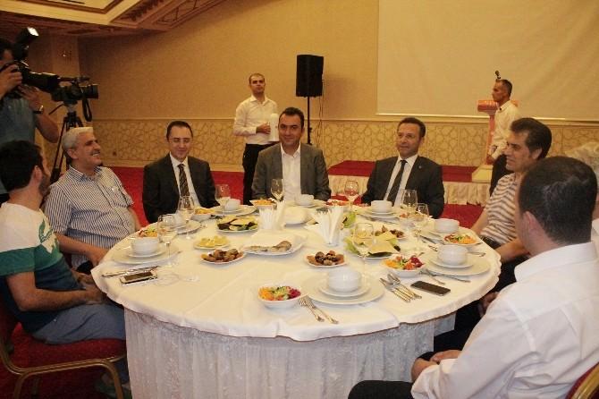 Diyarbakır Valisi Hüseyin Aksoy Gazetecilerle İftar Yemeğinde Bir Araya Geldi