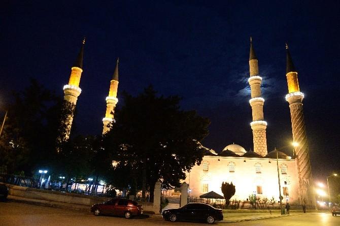 Üç Şerefeli Camii'nin Aydınlatma Çalışmaları Tamamlandı