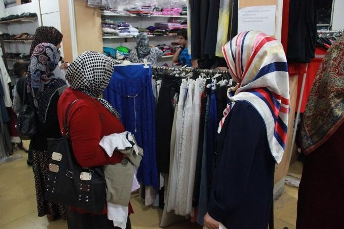 (Özel Haber) Bayram Öncesi Suriyeli Ve Filistinlilere Giyim Yardımı