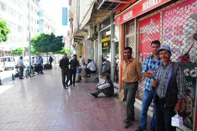 İşsiz Vatandaşların Pazarda Bekleyişi