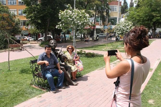 Tekirdağ'da 'Keman Çalan Çocuk' Heykeli İlgi Odağı Oldu