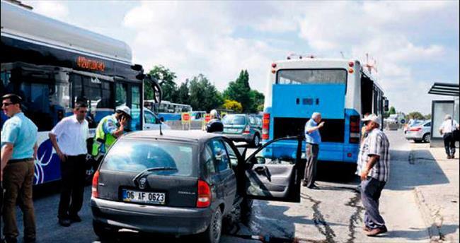 Duraktan yolcu alan otobüse çarptı