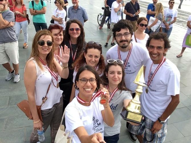 Karton Tekne Yarışında İzmir Üniversitesinin Tasarımı Birinci Oldu