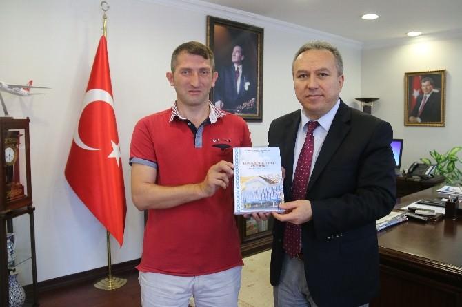 Yazar Aydemir, Vali Fidan'a Kitabını Hediye Etti