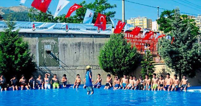 Üç bin çocuk yüzme öğreniyor