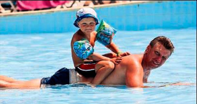 Sıcaktan bunalan havuzları doldurdu