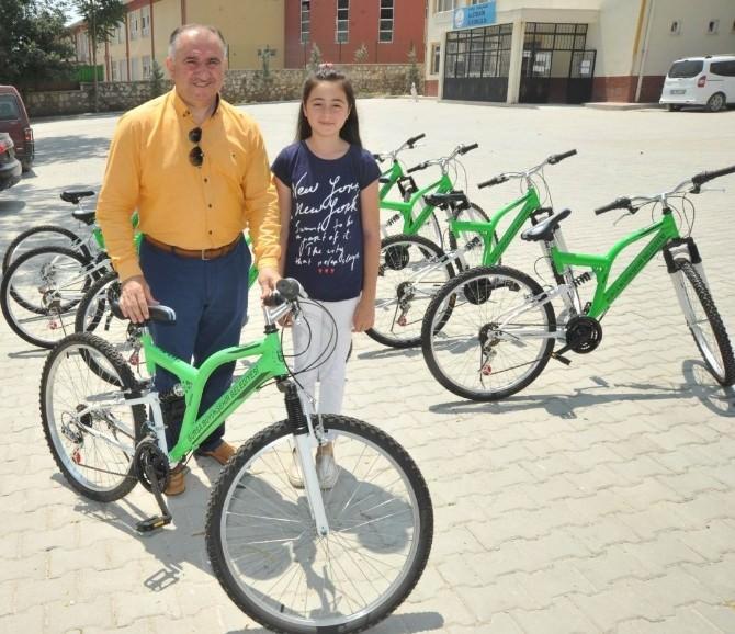 Başarılı Öğrenciler Bisikletle Ödüllendirildi