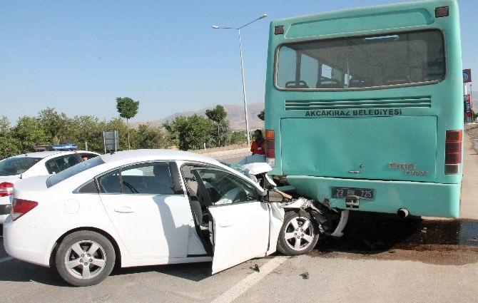 Otomobil Otobüse Çarptı: 3 Yaralı