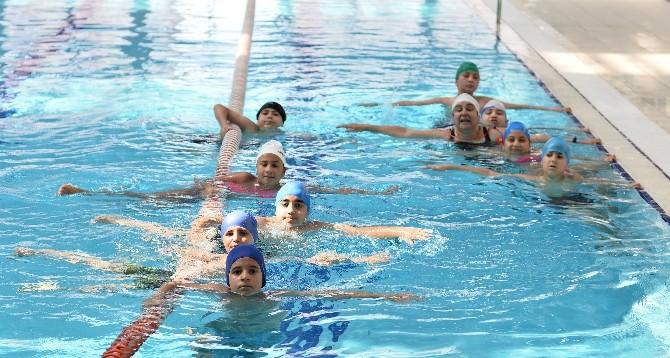 Muratpaşa'da Bin 800 Çocuğa Yüzme Dersi Veriliyor