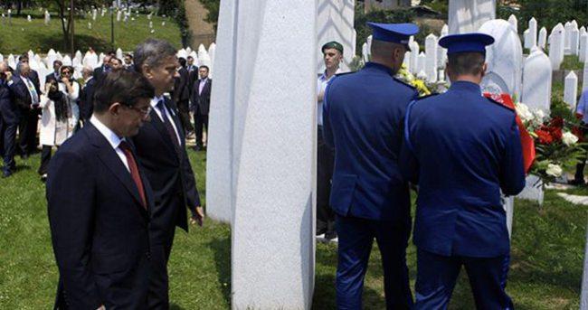Davutoğlu İzzetbegoviç'in kabrini ziyaret etti