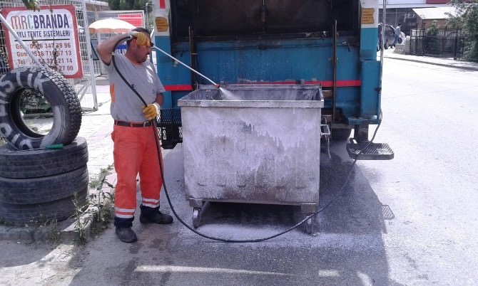 İzmit'te Çöp Konteynerlerı Sürekli Yıkanıyor