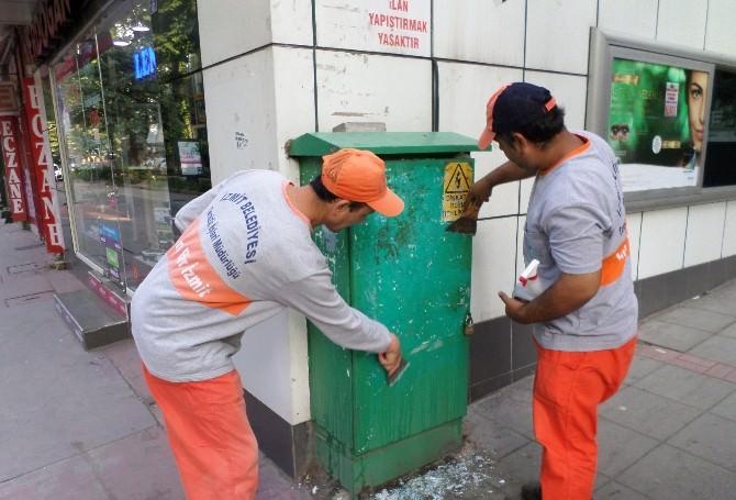 İzmit Belediyesi Ekipleri Afiş Temizliğinde