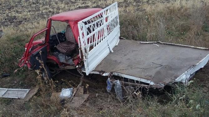 İşçi Servisi Traktöre Çarptı; 2 Yaralı