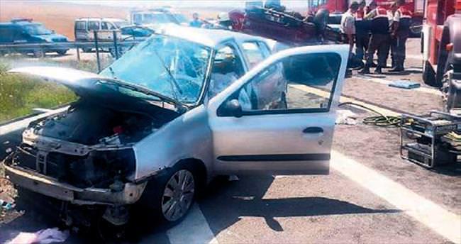 Otomobil ile kamyonet çarpıştı: 3 ölü, 5 yaralı