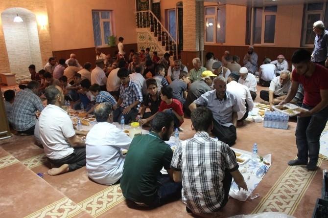 Kuran Kursları Ve Camileri Yaptırma Derneği İftar Yemeği Verdi