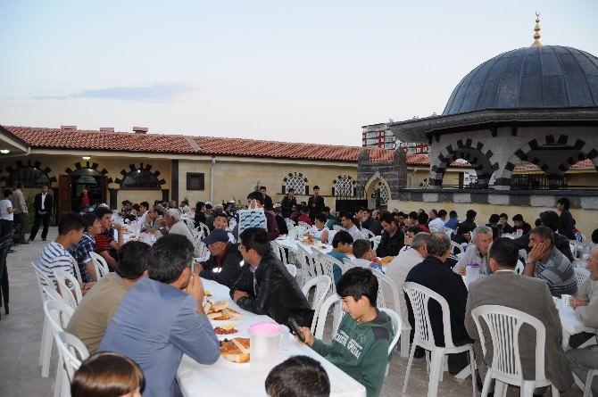 Yozgat Bilal Şahin Külliyesinde Hafızlara Ve Vatandaşlara İftar Yemeği Verildi