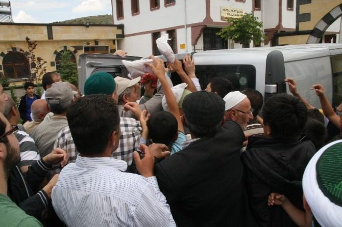 Yozgat'ta Vatandaşlar Kur'an-ı Kerim Almak İçin Birbirleriyle Yarıştı