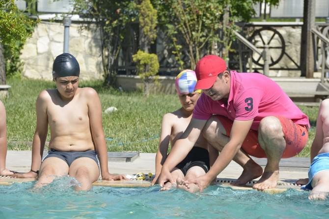 Çocuklar Yüzme Öğreniyor
