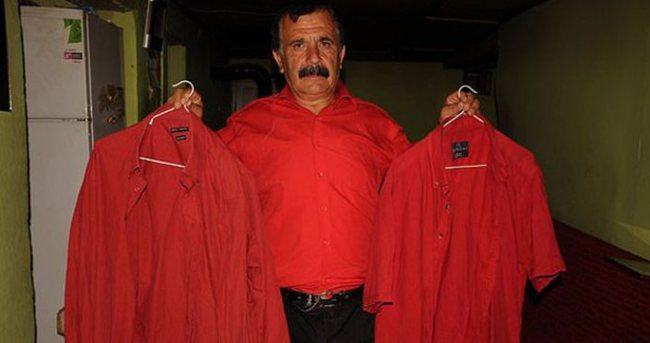 41 yıldır sadece 'kırmızı gömlek' giyiyor