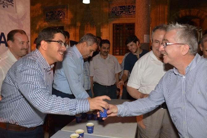 Arınç, Teravih Çıkışında Cemaate Limonata İkram Etti