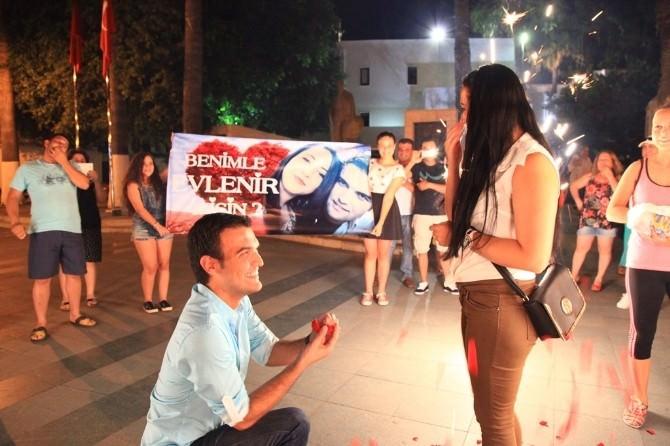 Bodrum'da Meydanda İlginç Evlilik Teklifi