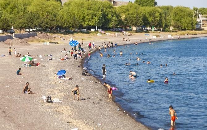 Serinlemek İsteyenler Van Gölü'ne Koşuyor