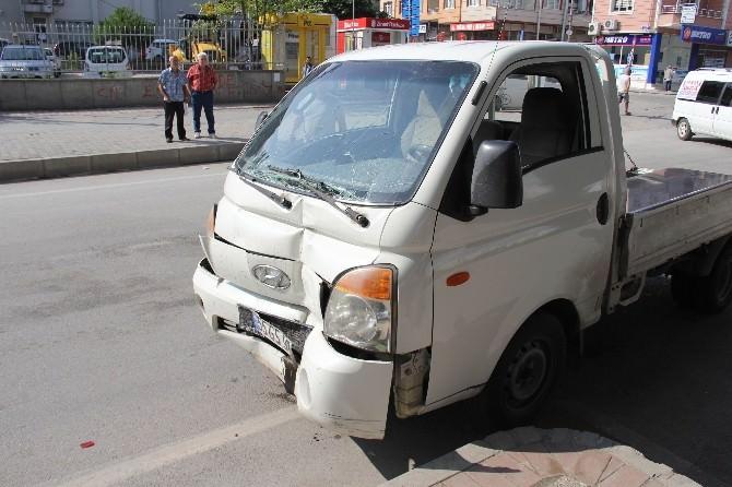 Kamyonet Polis Aracına Çarptı: 3 Yaralı
