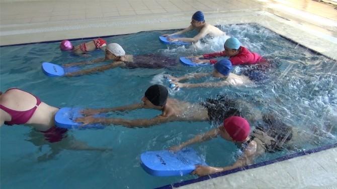 Yüzme Kursuyla Hayata Tutunuyorlar