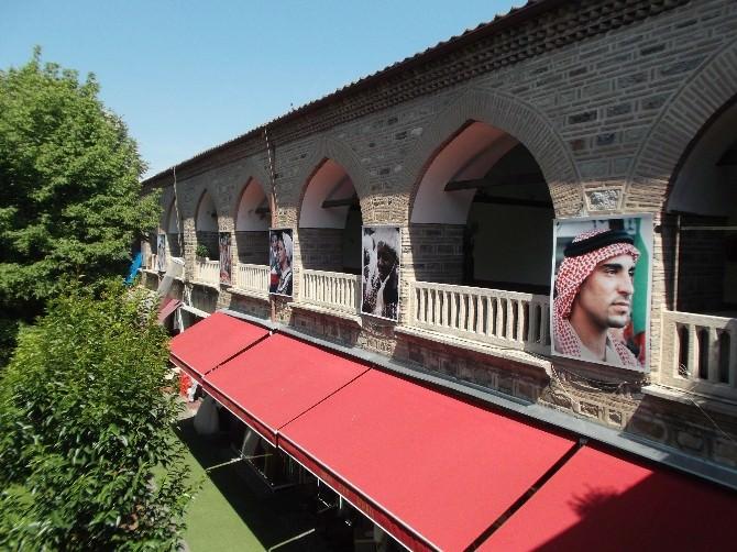 Dünyadan Yüzler Han Duvarlarında